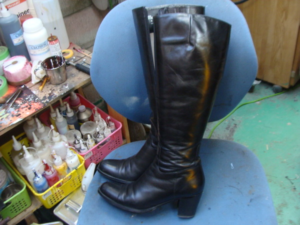履き口内張修理 6000円+消費税 かかとゴム交換1400円+消費税 婦人ロングブーツ黒色の巻 経年劣化でボロボロサムネイル