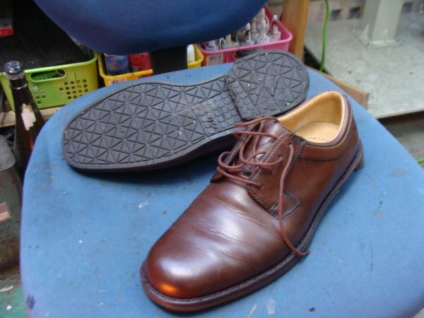 オールソール修理12500円+消費税 Clarks クラークス ビジネス系革靴 加水分解サムネイル