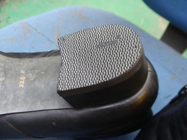 カラーチェンジ 使い古したベージュ系の婦人ブーツ 傷とシミだらけで染替えですサムネイル