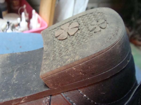 婦人ショートブーツ 太めな一体型ヒール トップリフト型へ修理サムネイル
