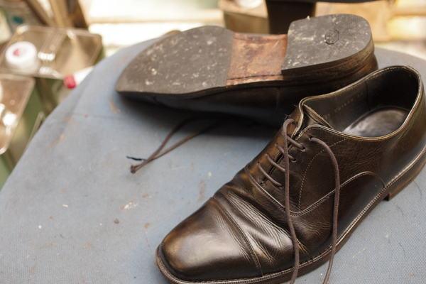 中底交換3000円+消費税 オールソール修理 12500円+消費税 BURBERRY バーバリー紳士革靴 サムネイル