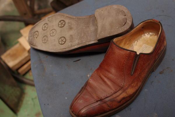 オールソール修理 中敷交換 左右裂傷修理 等色々 紳士革靴 21000円程かかっていますサムネイル