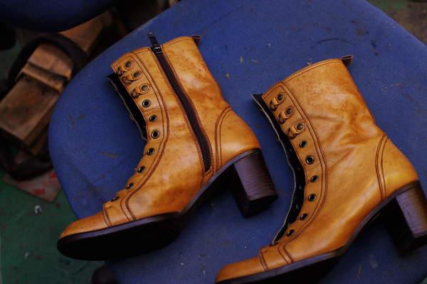 染め替え 10000円+消費税 婦人ブーツ 薄茶色系 から 濃茶へ サムネイル