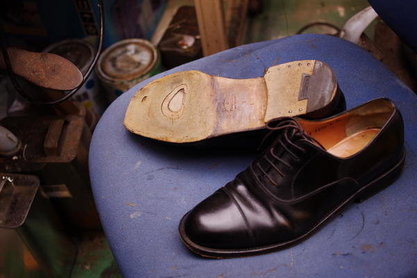 オールソール修理 14500円+消費税 Ferragamo フェラガモ紳士革靴 穴あきサムネイル