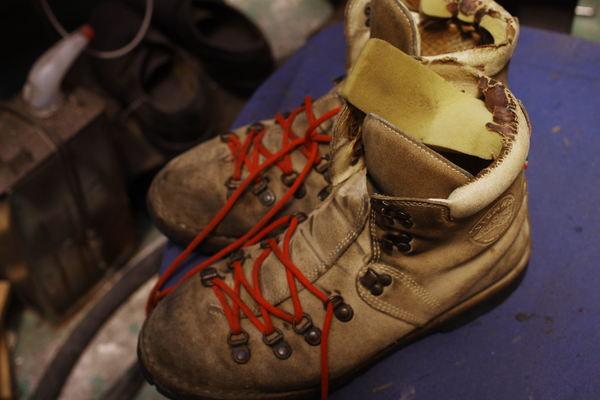 埼玉県 K様 紳士エンジニア系ブーツ 履き口のスポンジ表皮張り替え 破れているサムネイル