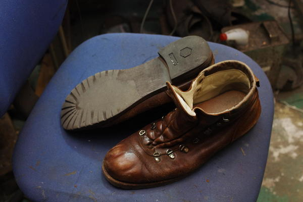神奈川県 N様 紳士ブーツ オールソール修理 縫い目付きウェルト Vibram#1136黒にてサムネイル