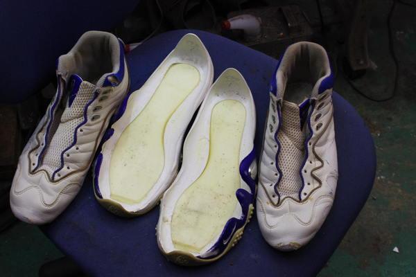 埼玉県 M様 NIKE ナイキエアズームフライト ソール剥がれ修理 縫い付け対応 2足いっぺんにサムネイル