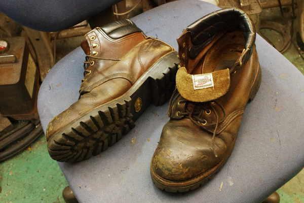 新潟県 Y様 REDWING レッドウィング エンジニアブーツ オールソール修理 履き口スポンジの張替え 滑り革修理 #947にてサムネイル